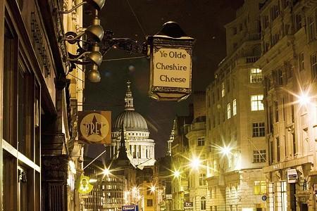 Ye Olde Cheshire Cheese, salah satu setting lokasi di The Silkworm. (gambar dari tntmagazine.com)
